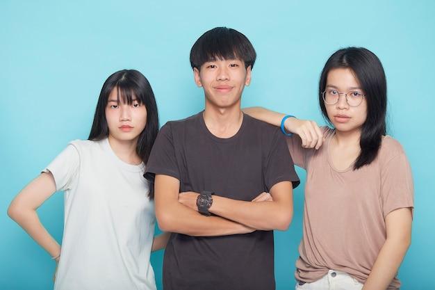 Grupa szczęśliwych przyjaciół na niebieskiej powierzchni. pojęcie przyjaźni. koncepcja przyjaźni i pracy zespołowej