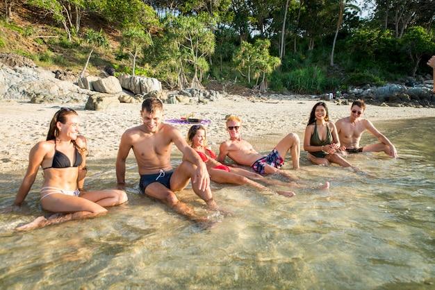 Grupa szczęśliwych przyjaciół na tropikalnej wyspie