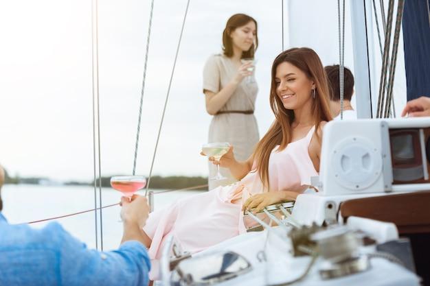 Grupa Szczęśliwych Przyjaciół Pijących Koktajle Wódki Na Imprezie Na łodzi Na świeżym Powietrzu, Lato Darmowe Zdjęcia
