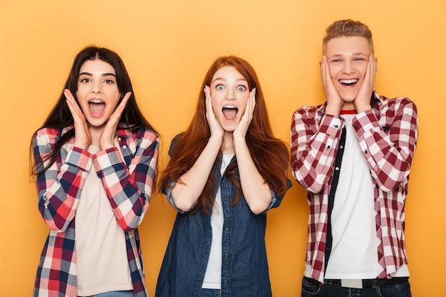 Grupa szczęśliwych przyjaciół szkoły krzyczy