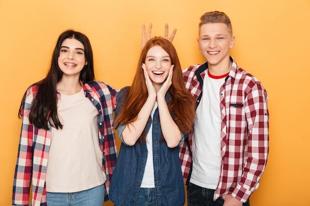 Grupa szczęśliwych przyjaciół szkoły, wspólna zabawa