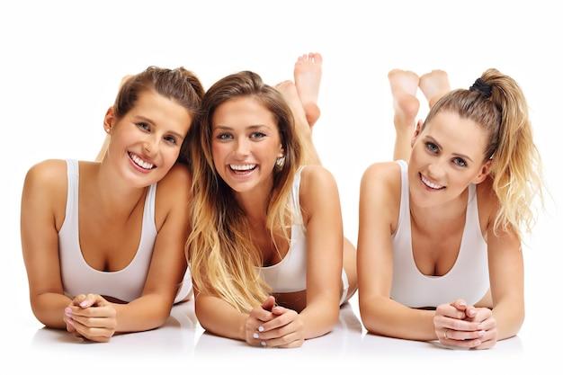 Grupa szczęśliwych przyjaciół w bieliźnie na białym tle