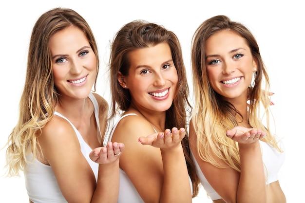 Grupa szczęśliwych przyjaciół w majtkach na białym tle