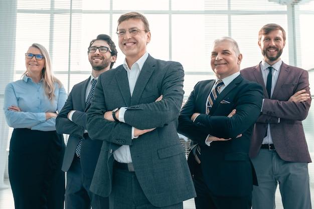 Grupa szczęśliwych współpracowników stojących razem. koncepcja sukcesu
