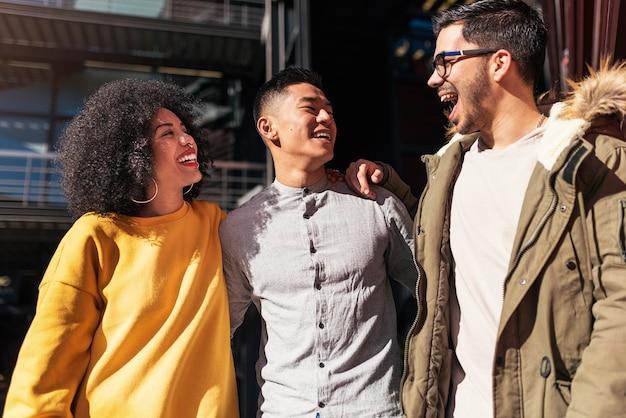 Grupa szczęśliwych zabawy na ulicy. koncepcja przyjaźni.