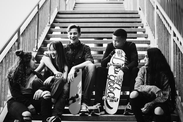 Grupa szkolnych przyjaciół outdoors styl życia i po szkolnego meliny pojęcia