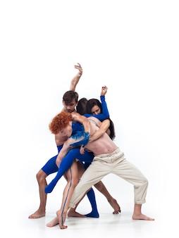 Grupa tancerzy nowoczesnych, art contemp dance, niebiesko-białe połączenie emocji. elastyczność i gracja w ruchu i akcji na białym tle studia. moda i uroda, koncepcja grafiki.