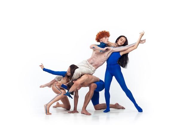Grupa tancerzy nowoczesnych, art contemp dance, niebiesko-białe połączenie emocji