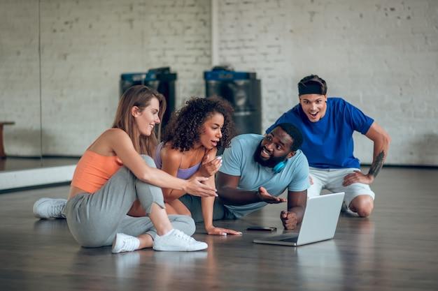 Grupa tancerzy oglądających w klasie film taneczny
