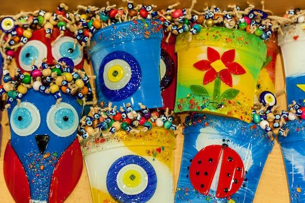 Grupa tradycyjnych tureckich amuletów złe oko - tło niebieskiego oka