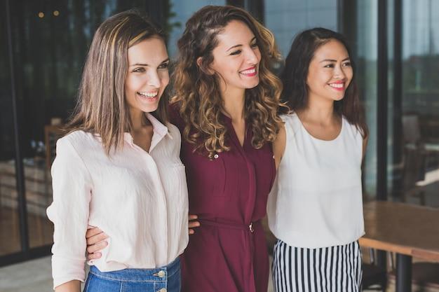 Grupa trzech najlepszych przyjaciół uśmiecha się podczas wspólnego spaceru