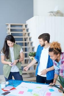 Grupa trzech studentów planujących projekt