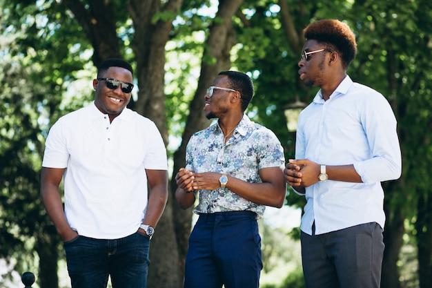 Grupa trzy amerykanin afrykańskiego pochodzenia męskiego przyjaciela