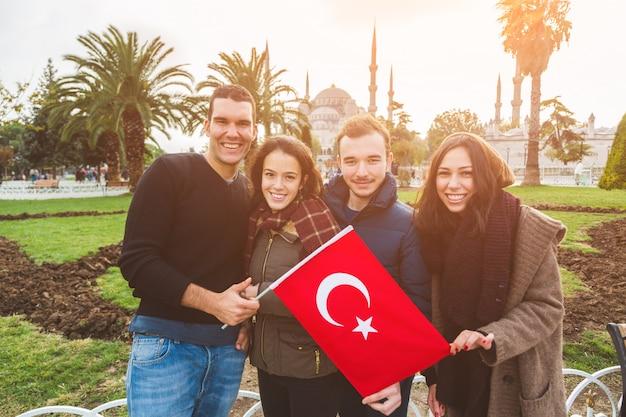 Grupa tureckich przyjaciół w stambule