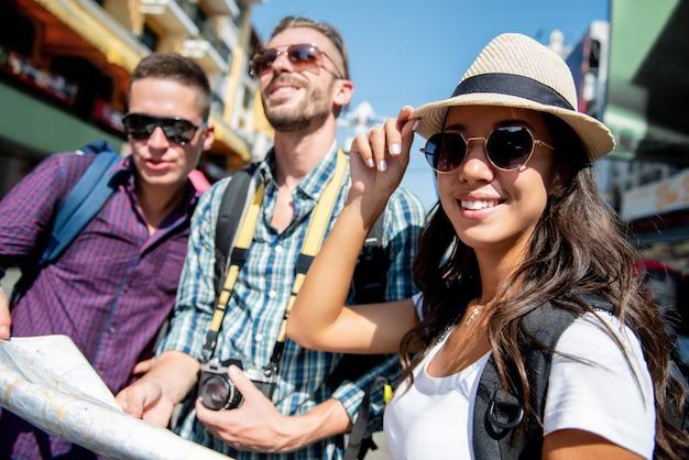 Grupa turystycznych backpacker przyjaciół podróżujących w bangkoku w tajlandii na wakacje