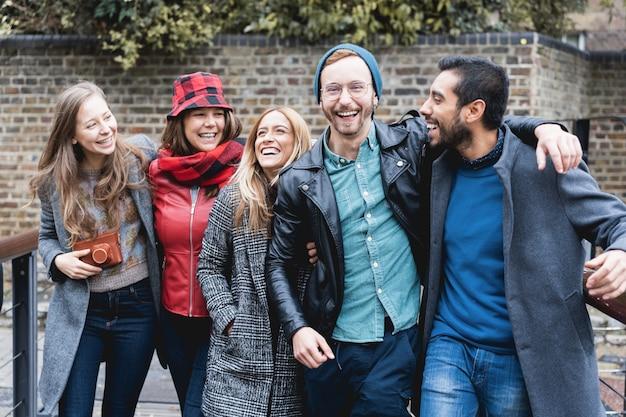 Grupa tysiącletnich przyjaciół spaceruje po mieście w okresie zimowym