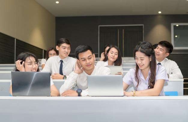 Grupa ucznie pracuje z laptopem