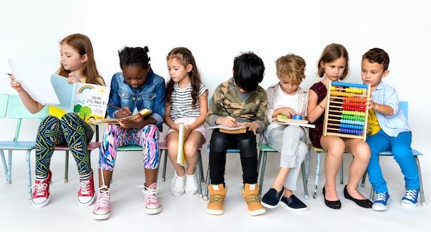Grupa uczniów szkół podstawowych uczących się razem