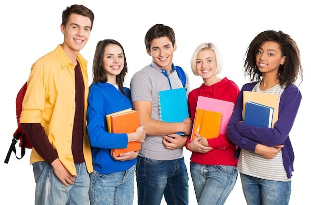 Grupa uczniów z książkami na białym tle