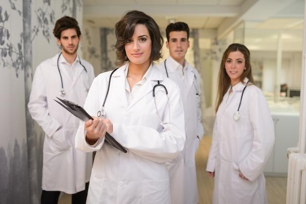 Grupa udanych lekarzy w szpitalu