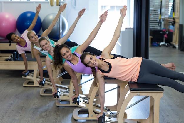 Grupa uśmiechniętych kobiet ćwiczeń na krześle wunda