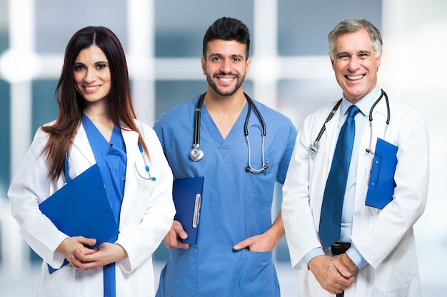 Grupa uśmiechniętych lekarzy. jasne tło zamazane pole.
