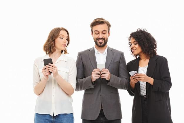 Grupa uśmiechniętych młodych wieloetnicznych ludzi biznesu