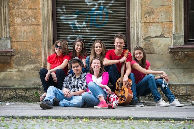 Grupa uśmiechniętych nastolatków
