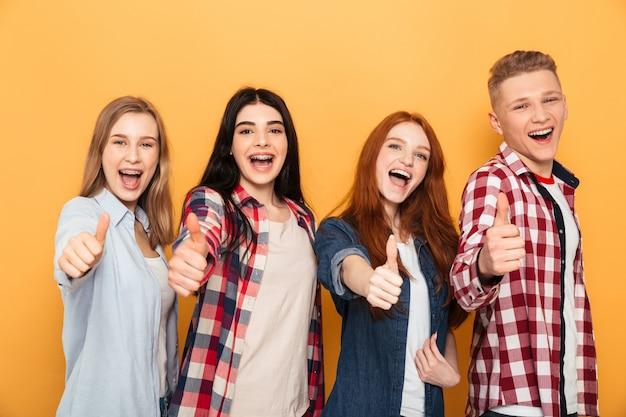 Grupa uśmiechniętych przyjaciół szkoły