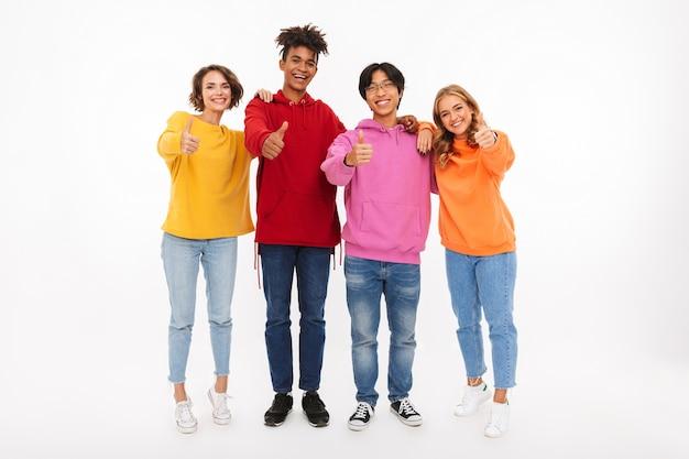 Grupa wesołych nastolatków na białym tle, dając kciuki do góry