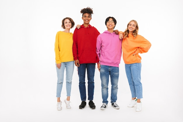 Grupa wesołych nastolatków na białym tle