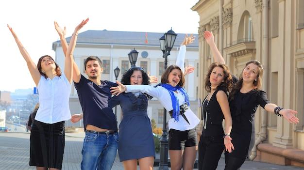 Grupa wesołych studentów.
