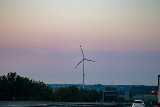 Grupa wiatraków do produkcji odnawialnej energii elektrycznej.