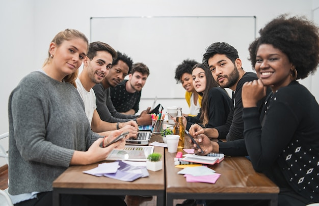 Grupa wieloetnicznych kreatywnych ludzi biznesu pracujących nad projektem i odbywających burzę mózgów. koncepcja pracy zespołowej i burzy mózgów.