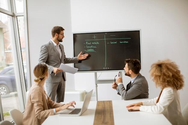 Grupa wieloetnicznych ludzi biznesu pracujących razem w biurze
