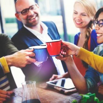 Grupa wieloetnicznych ludzi świętujących swój nowy biznes start-up.
