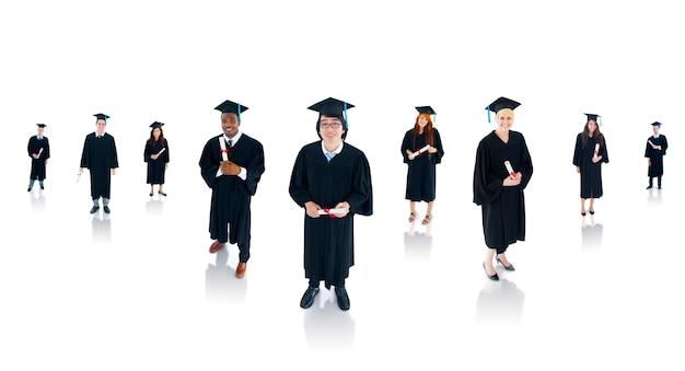 Grupa wieloetnicznych studentów kończących studia.