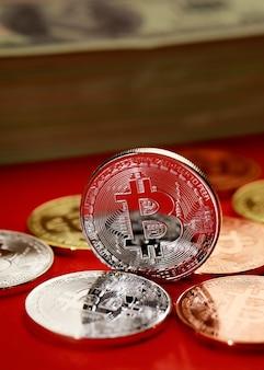 Grupa wiersz monety kryptowaluty o różnych kolorach na czerwonym tle. pomysł na nowy rodzaj pieniądza w gospodarce świata biznesu.