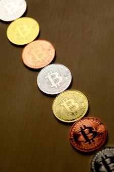 Grupa wiersz monety różnych kryptowalut na tle drewna. pomysł na nowy rodzaj pieniądza w gospodarce świata biznesu.