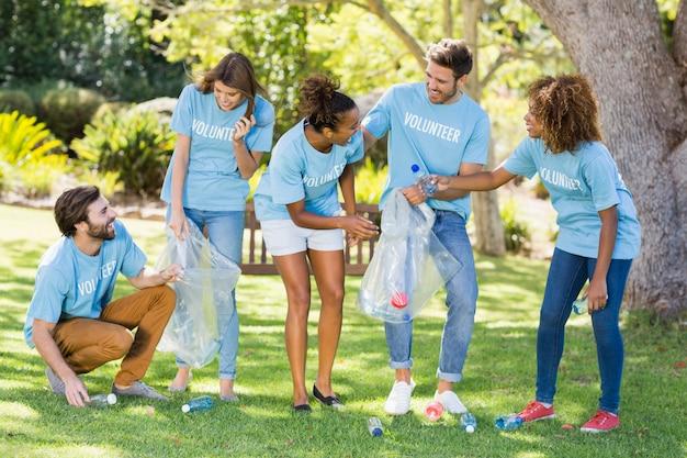 Grupa wolontariuszy zbierających śmieci