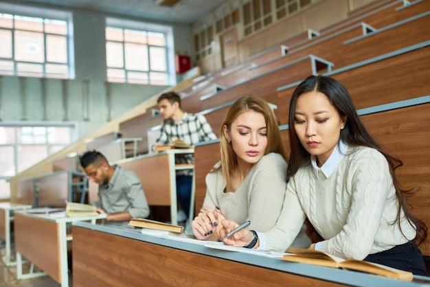 Grupa współczesnych studentów w college'u