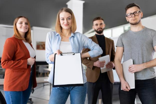Grupa współpracowników w biurze pozowanie