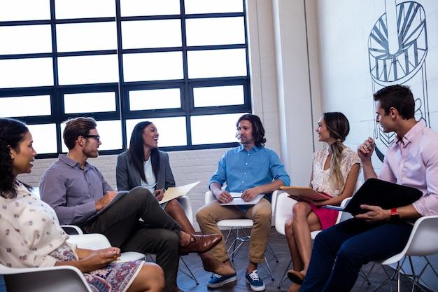 Grupa współpracowników w spotkaniu