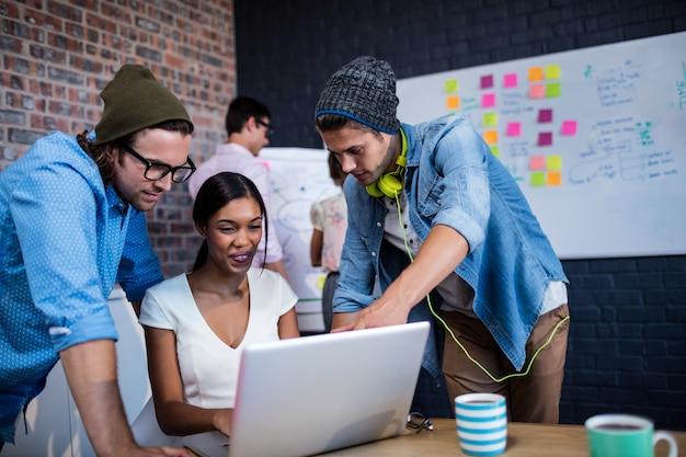 Grupa współpracowników za pomocą komputera