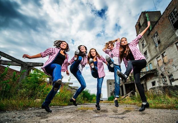 Grupa Yang Europejskich Tancerzy Stepujących Występuje Na świeżym Powietrzu Premium Zdjęcia