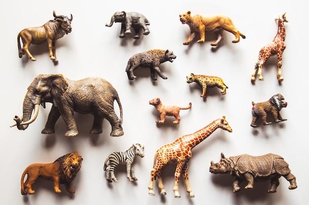 Grupa zabawek zwierząt na białym tle nad białym