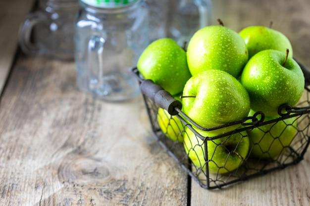 Grupa zdrowych zielonych jabłek to składniki smoothie. detox, dieta, koncepcja zdrowej, wegetariańskiej żywności. wolne miejsce na tekst. skopiuj miejsce.