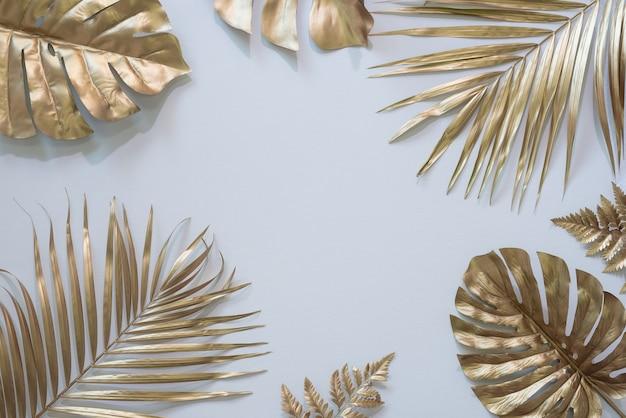 Grupa złotych liści na tle ciemnego ceglanego muru
