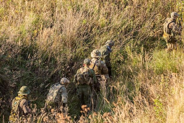 Grupa żołnierzy na świeżym powietrzu na ćwiczeniach wojskowych. koncepcja wojny, wojska, technologii i ludzi