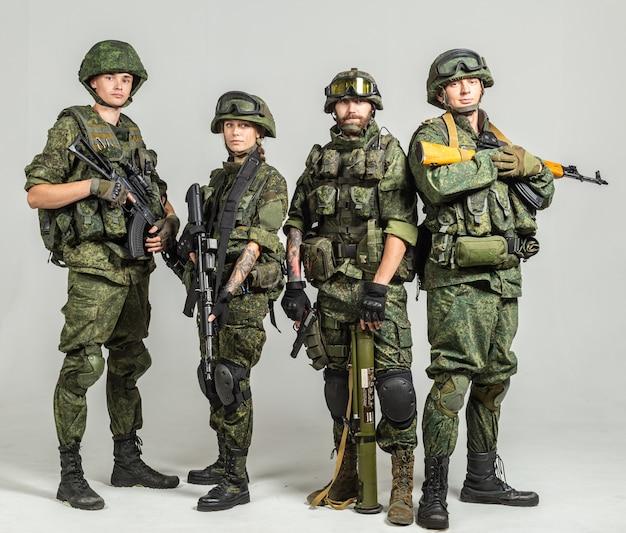 Grupa żołnierzy ściany